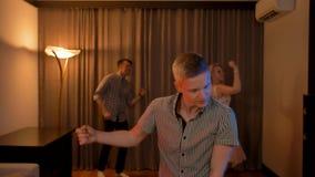 Νέοι που, που χορεύουν και που έχουν το κόμμα διασκέδασης στο σπίτι απόθεμα βίντεο