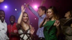 Νέοι που χορεύουν και που πηδούν στη μουσική απόθεμα βίντεο