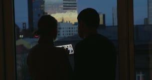 Νέοι που χρησιμοποιούν το μαξιλάρι από το παράθυρο τη νύχτα απόθεμα βίντεο