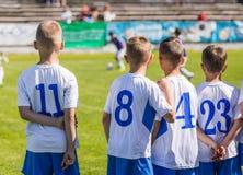 Νέοι ποδοσφαιριστές ποδοσφαίρου αγοριών Ποδοσφαιριστές νεολαίας στον τομέα Στοκ Εικόνες