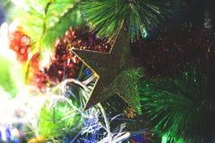 Νέοι πράσινοι κλάδοι έτους ` s fir-tree, με τα εύθυμα πολύχρωμα παιχνίδια Στοκ Εικόνες