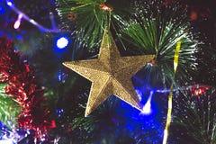Νέοι πράσινοι κλάδοι έτους ` s fir-tree, με τα εύθυμα πολύχρωμα παιχνίδια Στοκ φωτογραφία με δικαίωμα ελεύθερης χρήσης