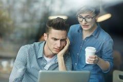Νέοι προγραμματιστές που εργάζονται στον καφέ Στοκ Εικόνες