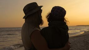 Νέοι ρομαντικοί ταξιδιώτες που εξετάζουν στον ουρανό παραλιών, που απολαμβάνει το ηλιοβασίλεμα τη θάλασσα - έννοια αγάπης, καλοκα φιλμ μικρού μήκους