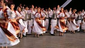 Νέοι ρουμανικοί χορευτές στο παραδοσιακό κοστούμι Στοκ Φωτογραφία