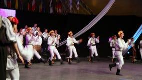 Νέοι ρουμανικοί χορευτές στο παραδοσιακό κοστούμι Στοκ Εικόνες