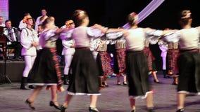 Νέοι ρουμανικοί χορευτές στο παραδοσιακό κοστούμι απόθεμα βίντεο