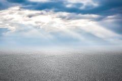 Νέοι δρόμος ασφάλτου και ουρανός Στοκ φωτογραφία με δικαίωμα ελεύθερης χρήσης