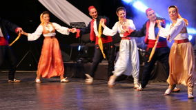 Νέοι σερβικοί χορευτές στο παραδοσιακό κοστούμι απόθεμα βίντεο