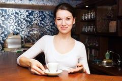 Νέοι σερβιτόρα και καφές Στοκ Φωτογραφίες