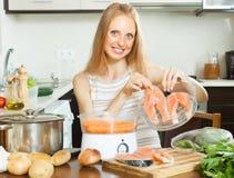 Νέοι σολομός και λαχανικά μαγειρέματος νοικοκυρών στο ατμόπλοιο Στοκ Φωτογραφία