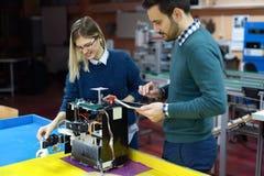 Νέοι σπουδαστές της ρομποτικής που προετοιμάζουν το ρομπότ για τη δοκιμή Στοκ εικόνα με δικαίωμα ελεύθερης χρήσης