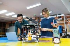 Νέοι σπουδαστές της ρομποτικής που προετοιμάζουν το ρομπότ για τη δοκιμή Στοκ Φωτογραφίες