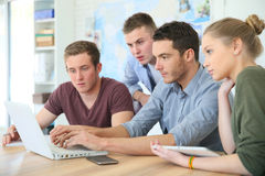 Νέοι σπουδαστές στο lap-top Στοκ εικόνα με δικαίωμα ελεύθερης χρήσης