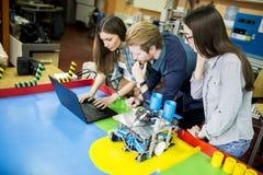 Νέοι στην τάξη ρομποτικής Στοκ Εικόνες