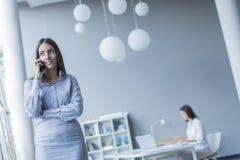 Νέοι στο γραφείο Στοκ εικόνες με δικαίωμα ελεύθερης χρήσης