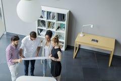 Νέοι στο γραφείο Στοκ Φωτογραφία