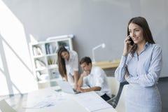 Νέοι στο γραφείο Στοκ φωτογραφία με δικαίωμα ελεύθερης χρήσης