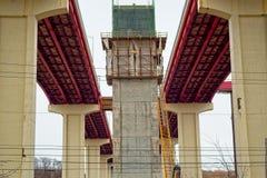 Νέοι στυλοβάτες στην εργασία γεφυρών αυτοκινητόδρομων στοκ φωτογραφίες