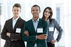 Νέοι συμμετέχοντες της διάσκεψης με τα κενά διακριτικά, στοκ εικόνα