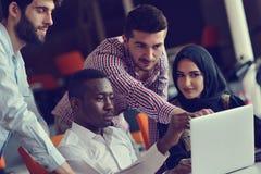 Νέοι συνάδελφοι ομάδας που κάνουν τις μεγάλες επιχειρηματικές αποφάσεις Δημιουργικό ομάδας σύγχρονο γραφείο έννοιας εργασίας συζή Στοκ φωτογραφίες με δικαίωμα ελεύθερης χρήσης