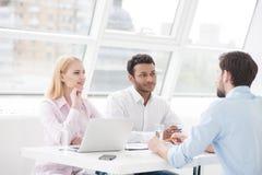 Νέοι συνάδελφοι που έχουν τη σύνοδο 'brainstorming' στο σύγχρονο γραφείο στοκ εικόνα με δικαίωμα ελεύθερης χρήσης