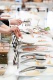 Νέοι συνάδελφοι που τρώνε στο επιχειρησιακό μεσημεριανό γεύμα Στοκ Εικόνα