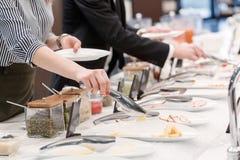 Νέοι συνάδελφοι που τρώνε στο επιχειρησιακό μεσημεριανό γεύμα Στοκ Εικόνες