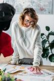 Νέοι σχεδιαστές μόδας με τα σκίτσα Στοκ Φωτογραφίες