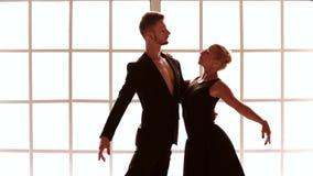 Νέοι σύγχρονοι χορευτές μπαλέτου φιλμ μικρού μήκους