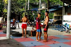 Νέοι ταϊλανδικοί μπόξερ Mao στην κατηγορία κατάρτισης Στοκ φωτογραφία με δικαίωμα ελεύθερης χρήσης