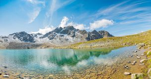 Νέοι τουρίστες που περπατούν γύρω από τη λίμνη στην κοιλάδα Muragl στοκ εικόνα