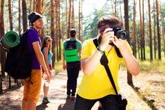 Νέοι τουρίστες στα ξύλα Στοκ φωτογραφία με δικαίωμα ελεύθερης χρήσης
