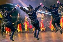 Νέοι τουρκικοί χορευτές στο παραδοσιακό κοστούμι Στοκ Φωτογραφία