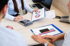Νέοι τραπεζίτες που αναλύουν την οικονομική έκθεση στοκ εικόνα με δικαίωμα ελεύθερης χρήσης
