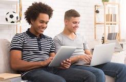 Νέοι τύποι που μελετούν για τους διαγωνισμούς στο σπίτι στοκ φωτογραφία