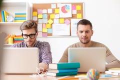 Νέοι τύποι που μελετούν για τους διαγωνισμούς στο σπίτι στοκ εικόνα με δικαίωμα ελεύθερης χρήσης