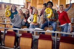 Νέοι φίλοι που έχουν το κόμμα στο πανεπιστήμιο στοκ φωτογραφίες