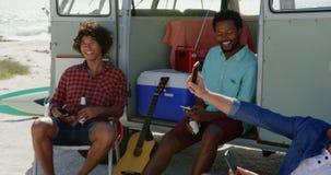 Νέοι φίλοι που κάθονται μαζί κοντά camper van 4k φιλμ μικρού μήκους