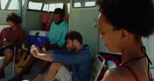 Νέοι φίλοι που χρησιμοποιούν το κινητό τηλέφωνο 4k απόθεμα βίντεο