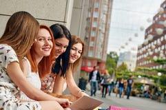 Νέοι φίλοι γυναικών και κοριτσιών Στοκ Φωτογραφίες