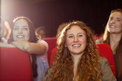 Νέοι φίλοι που προσέχουν μια ταινία Στοκ φωτογραφία με δικαίωμα ελεύθερης χρήσης