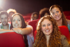 Νέοι φίλοι που προσέχουν μια ταινία Στοκ εικόνες με δικαίωμα ελεύθερης χρήσης