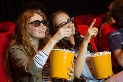 Νέοι φίλοι που προσέχουν μια τρισδιάστατη ταινία Στοκ εικόνα με δικαίωμα ελεύθερης χρήσης