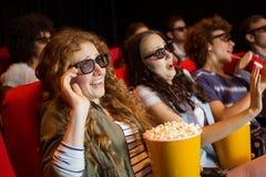 Νέοι φίλοι που προσέχουν μια τρισδιάστατη ταινία Στοκ Φωτογραφία