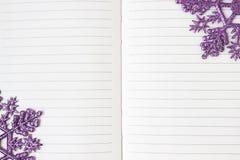 Νέοι χαιρετισμοί έτους σε ένα ανοικτό σημειωματάριο Στοκ φωτογραφία με δικαίωμα ελεύθερης χρήσης