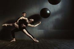 Νέοι χαρισματικοί gymnasts που τεντώνουν στην αλληλεπίδραση ο ένας με την άλλη στοκ φωτογραφία με δικαίωμα ελεύθερης χρήσης