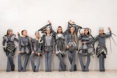 Νέοι χορευτές στο φανταστικό πυροβολισμό κοστουμιών στοκ φωτογραφίες