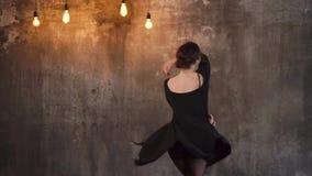 Νέοι χοροί γυναικών στο χορό στούντιο στο ύφος της σύγχρονης τζαζ προετοιμάζει απόθεμα βίντεο
