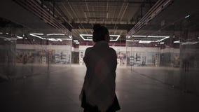 Νέοι όμορφοι περίπατοι γυναικών μόνο σε ένα κλειστό εμπορικό κέντρο απόθεμα βίντεο